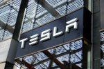Tesla падает всё глубже. Компания снова несёт убытки.