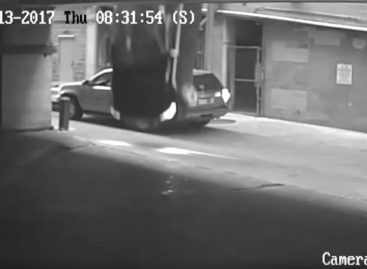 Американка выжила после падения в автомобиле с 7 этажа