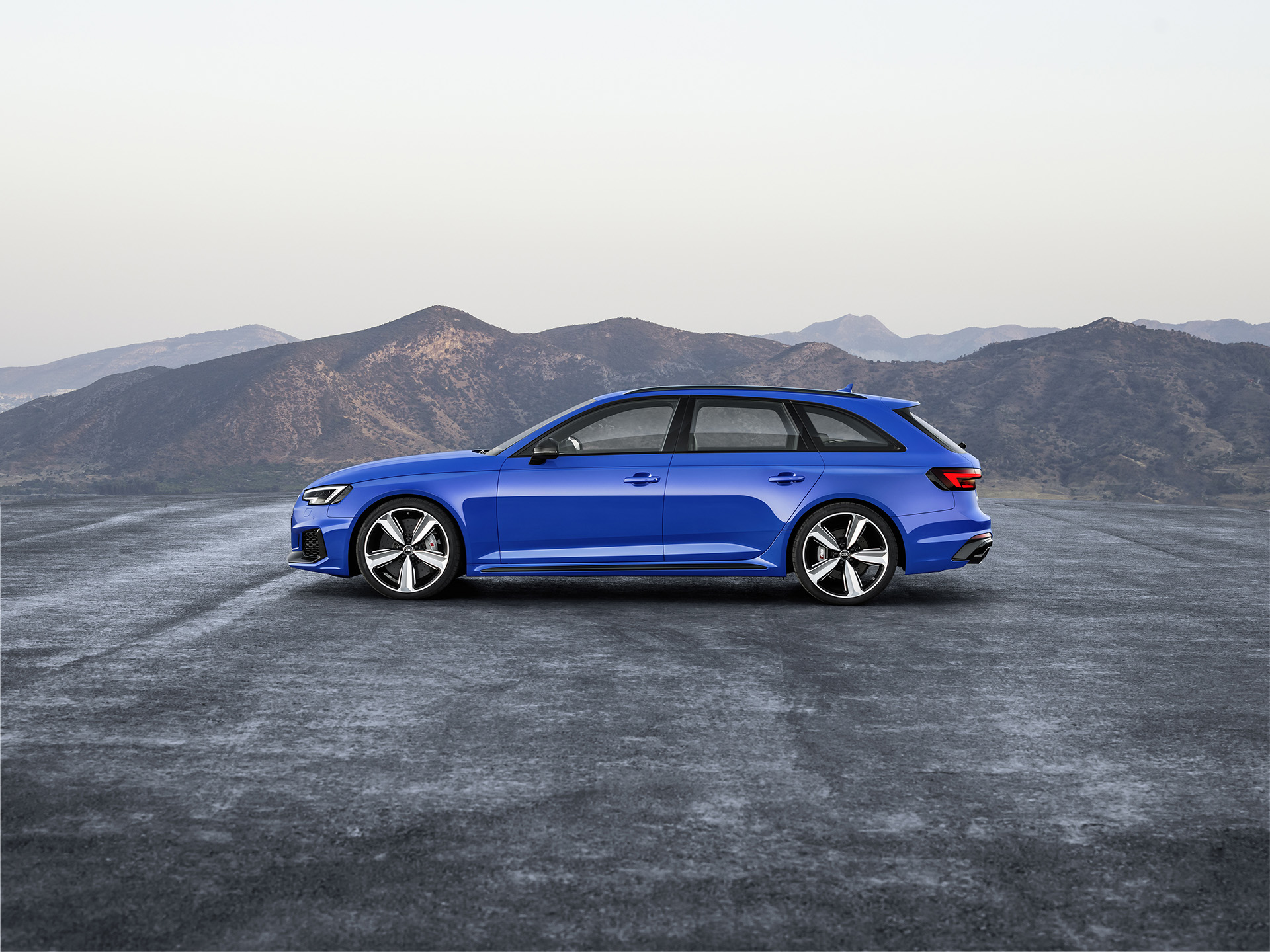 Audi RS 4 Avant вид сбоку
