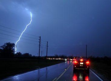 Молния попала в электромобиль