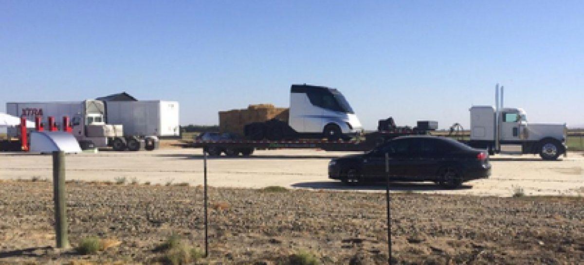 В сети появились фото беспилотного грузовика Tesla