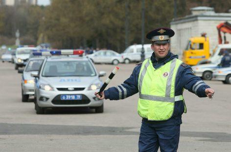 Инспектора ГИБДД прокатили на капоте ВАЗ-2101
