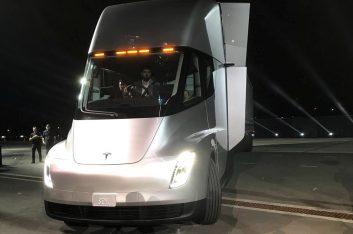 Первый электрический грузовик Tesla Semi