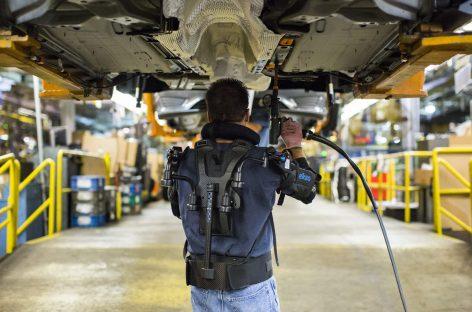 Рабочие Ford тестируют на конвейере экзоскелеты