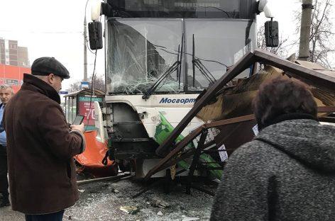 Видео из автобуса, протаранившего остановку в Москве