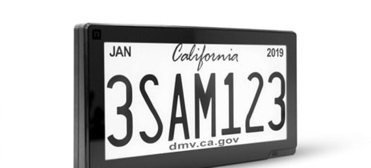 Цифровые автомобильные номера, показывающие рекламу