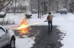Американец почистил дорожку при помощи огнемёта