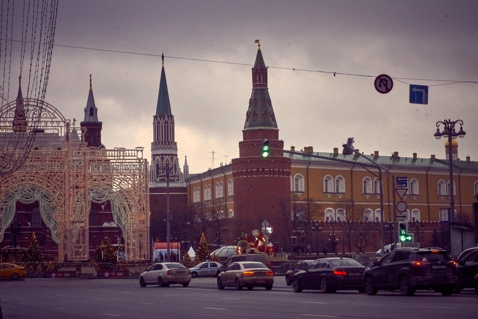 Манежная площадь, светофор, перекресток, Москва, Зима, Новый год 2018, угловая Арсенальная башня, Никольская башня, Кремль, Арсенал