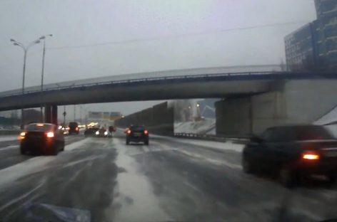 Снегопад виноват в массовой аварии 17 машин на востоке Москвы