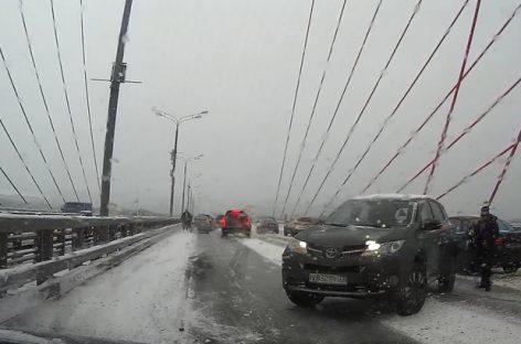 На Живописном мосту в Москве столкнулось 12 машин