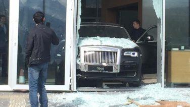 Новенький Rolls-Royce Ghost пробил витрину шоурума
