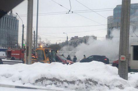 Трактор потушил горящий автомобиль