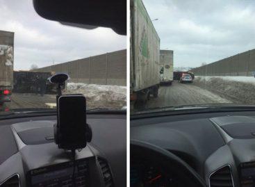 На Новоегорьевском шоссе перевернулся грузовик