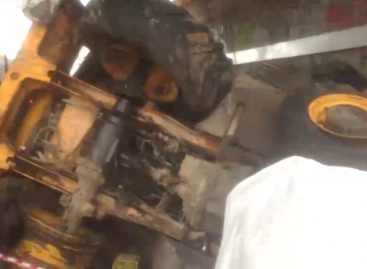 Экскаватор рухнул на электричку в Москве