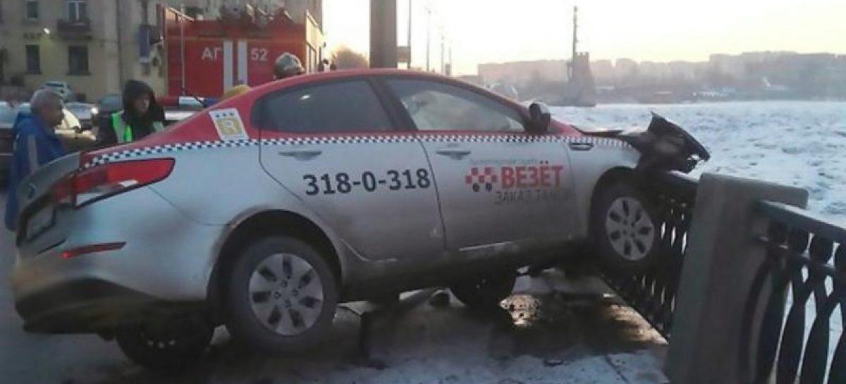 Таксист чуть не вылетел в Неву