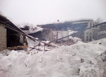 Четыре автобуса пострадали от обрушения кровли под Костромой