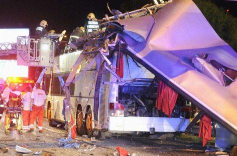 """""""Снесло второй этаж"""". Автобус с украинцами врезался в ограничитель высоты"""