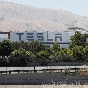 Tesla хочет получить данные бывшего сотрудника из Dropbox и Facebook