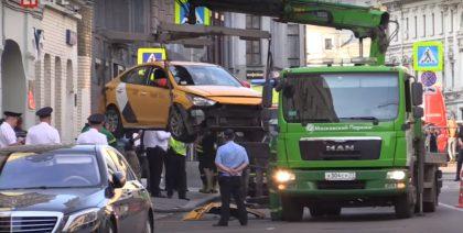 Водитель такси не справился с управлением и въехал в толпу болельщиков из Мексики