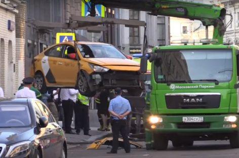 Таксист въехал в толпу пешеходов (Видео!)