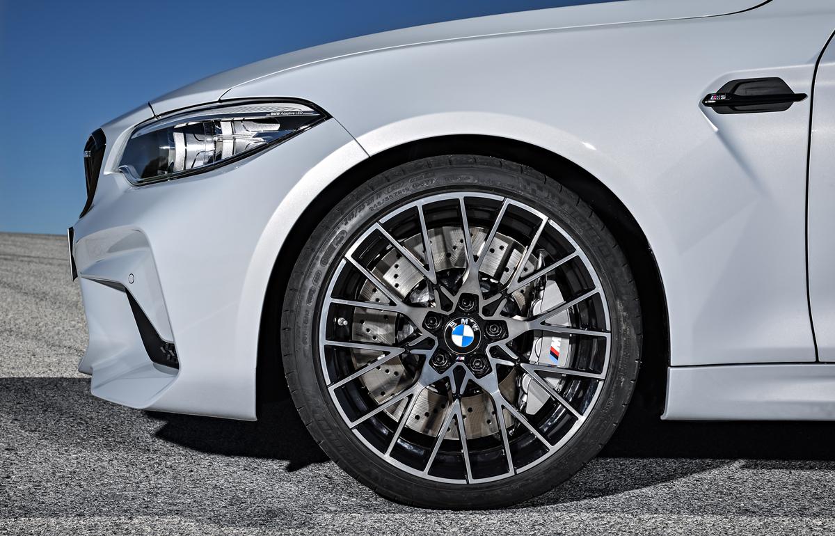 Кованные легкосплавные диски и размерные шины придают спорткару яркий и динамичный образ