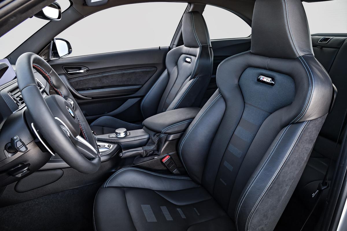 Дизайн интерьера BMW M2 Competition также передает характер истинного спорткара.