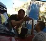 Нашла коса на камень – водитель разбил голову нетрезвому «стопхамовцу» ВИДЕО 18+