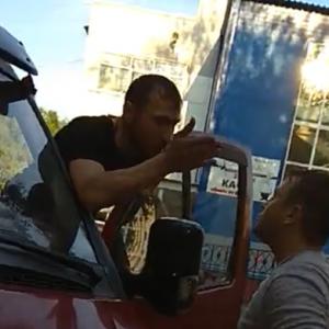 """Нашла коса на камень – водитель разбил голову нетрезвому """"стопхамовцу"""" ВИДЕО 18+"""