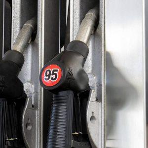 В США стремительно дешевеет бензин