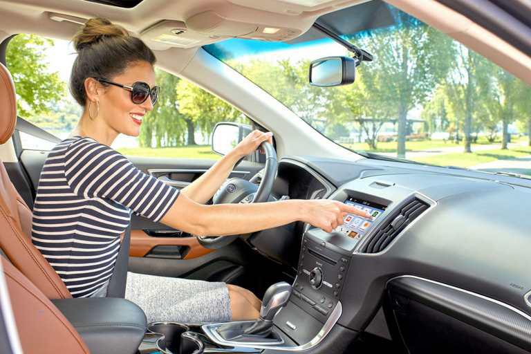 Две трети российских водителей, опрошенных Ford, регулярно поют за рулем