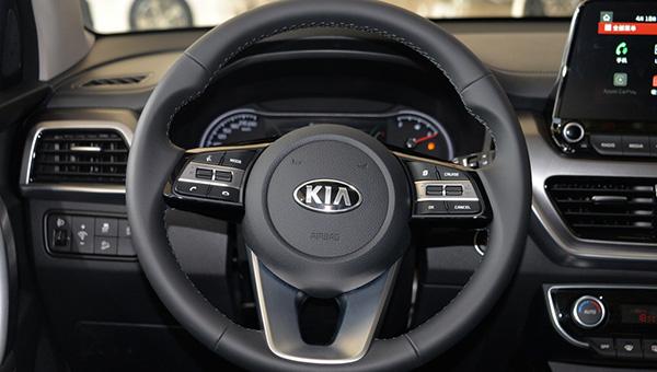 Даже в базовой комплектации автомобиль оснащен всем неоходимым для комфортного управления