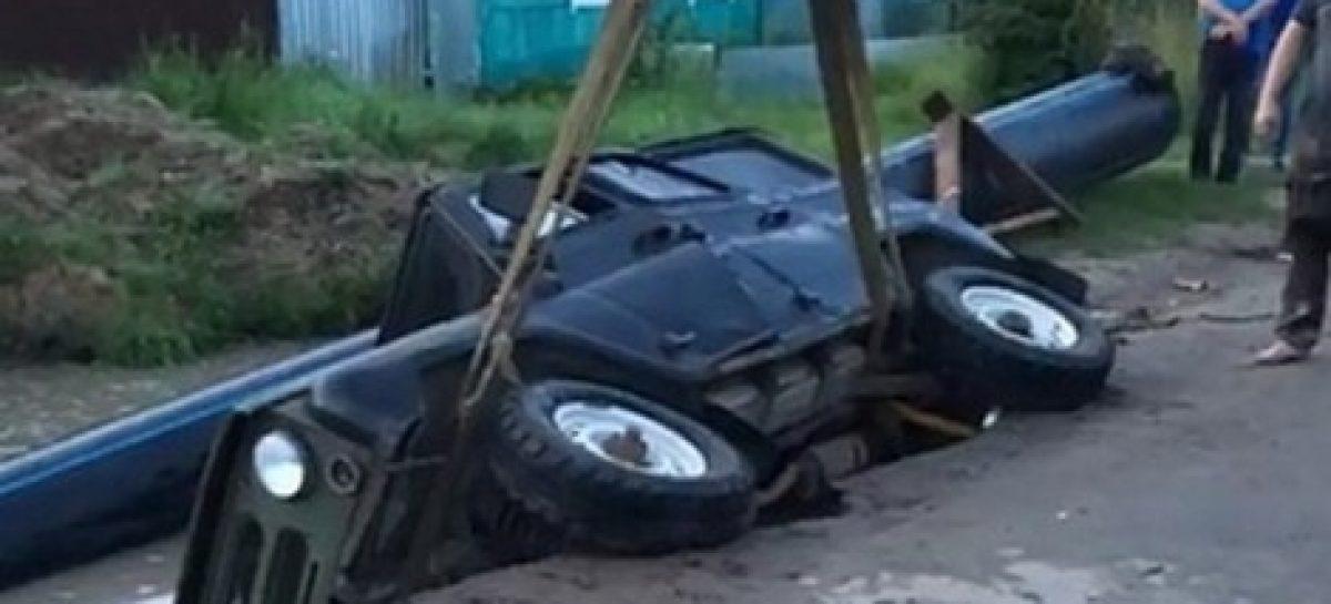 Калужская область: UAZ провалился под землю. Кто виноват?
