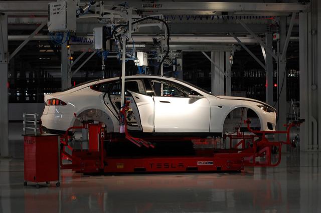 Tesla роботизирует производство