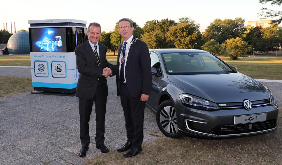 Генеральный директор Фольксвагена объявил об инвестициях в зарядную инфраструктуру города на общую сумму в десять миллионов евро.