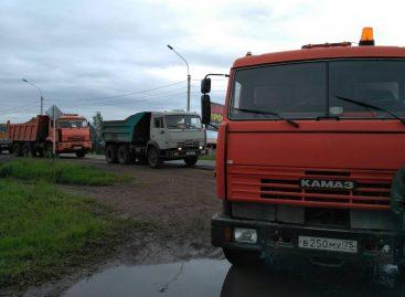 Местные жители не пустили грузовики с грунтом к подтопленному дому главы города