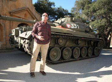 Арнольд Шварценеггер уничтожил танком лимузин (Видео!)
