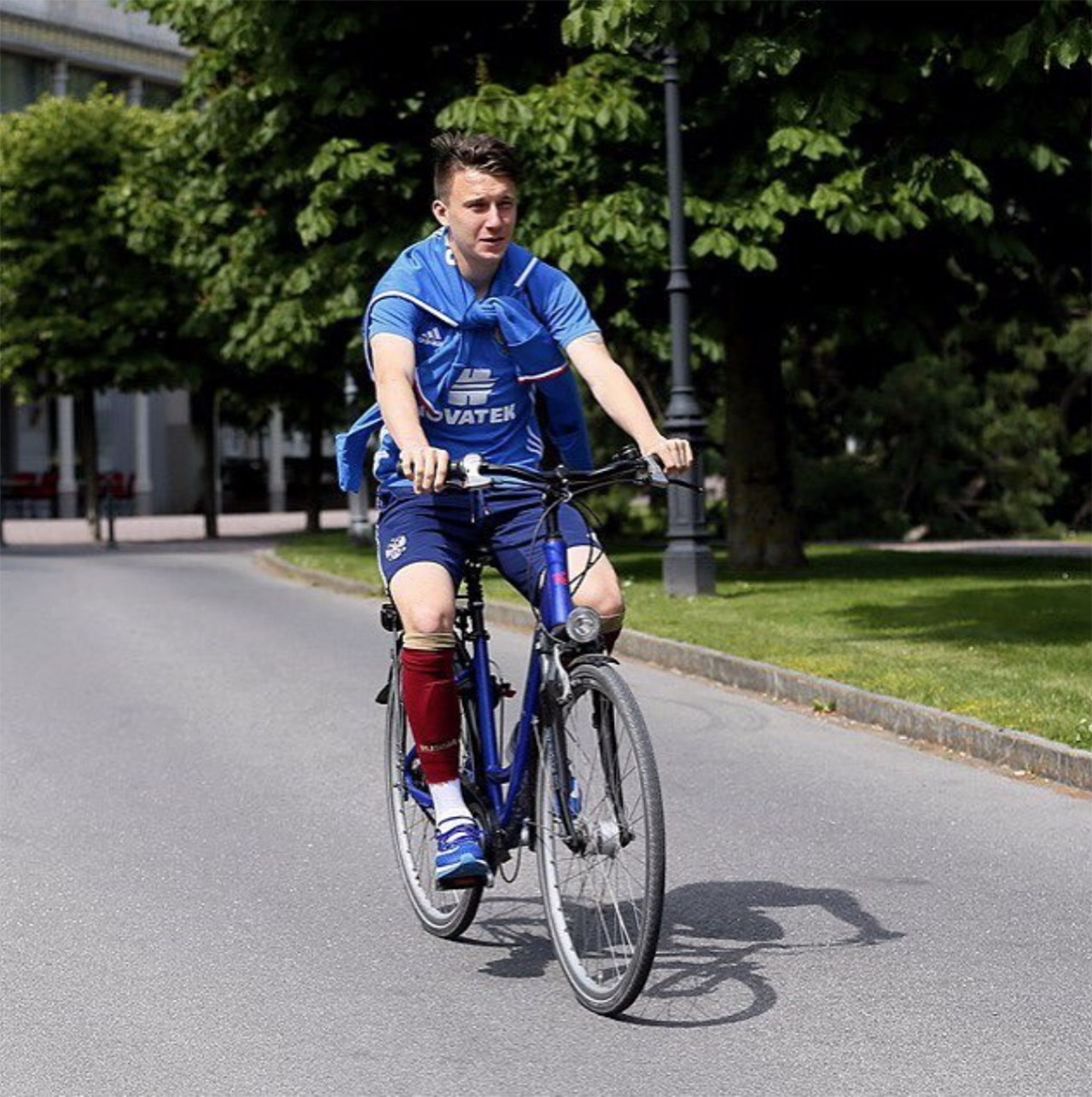Головин за рулем велосипеда