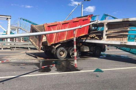 СРОЧНО: В Пушкино рухнул сбитый самосвалом мост. Движение транспорта по трассе М-8 «Холмогоры» полностью заблокировано