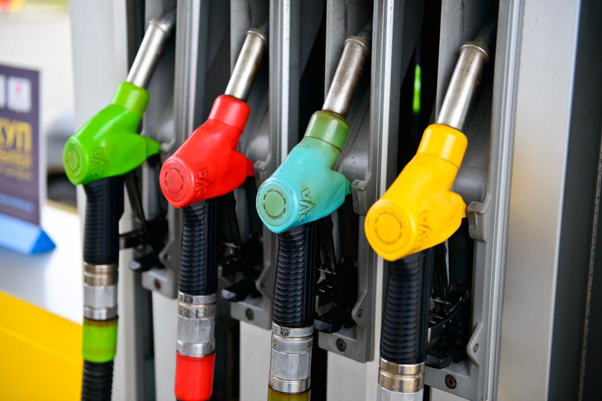 Благодаря недоливам на АЗС бензин уже стоит больше 55 рублей за литр