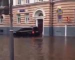 На Патриарших потоп. С XIX века Патриаршие не удосуживались такой «большой воды» (ВИДЕО)