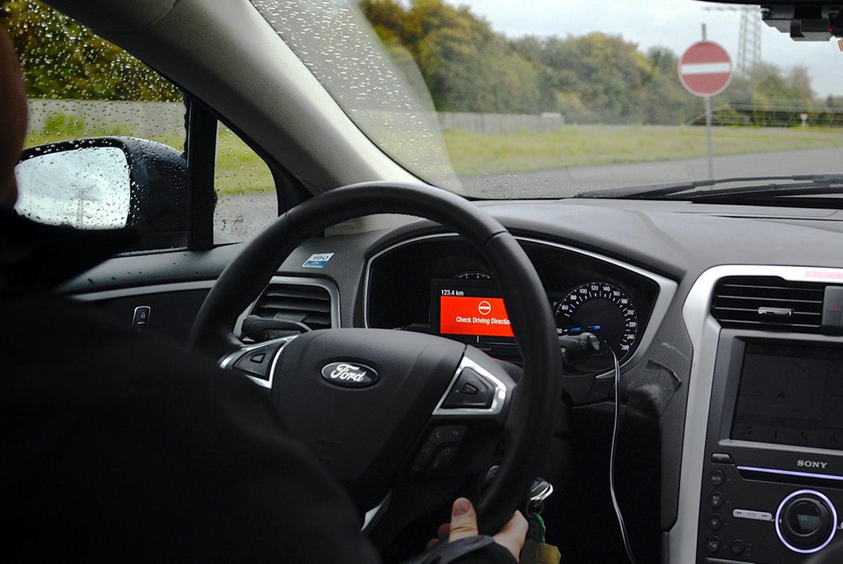 Поездка за рулем автомобиля