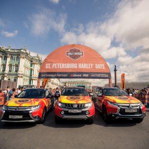 Автомобили Mitsubishi торжественно проехали по Санкт-Петербургу