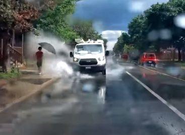 Водитель лишился работы за езду по лужам