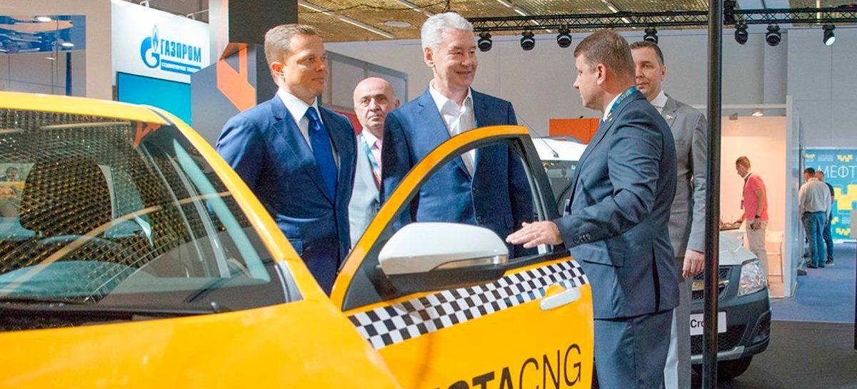 Собянин предложил запретить водителям без российских прав работать таксистами