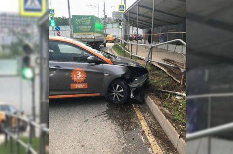 Автомобиль каршеринга попал в ДТП в Лефортовском тоннеле Москвы, есть пострадавшие