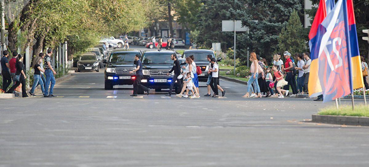 Кадр дня: автомобили высокопоставленных лиц Армении уступают дорогу пешеходам