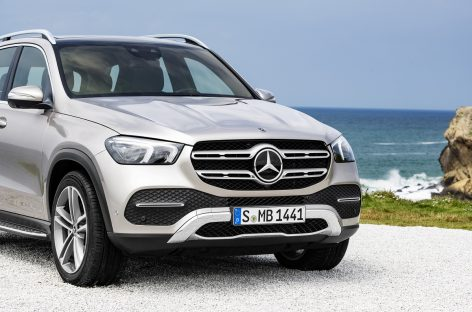 Почти 5 млн руб и солнцезащитные очки Hugo Boss украли из Mercedes‑Benz в Москве