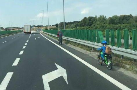 Мужчина решил прокатиться на велосипеде по скоростной магистрали. Вместе с сыном!