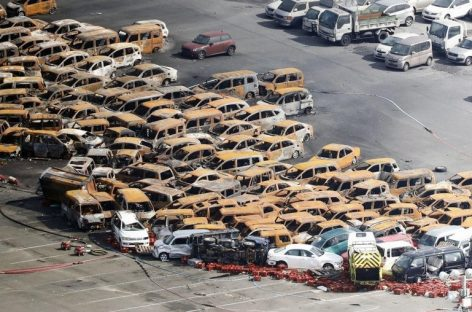 Тайфун в Японии превратил автомобили в груду металлолома