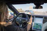 Tesla в режиме автопилота успешно проезжает на красный